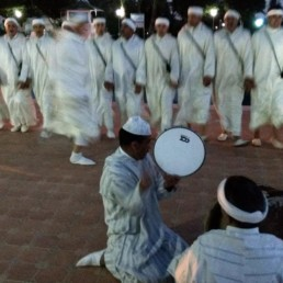 Agadir-2 danses traditionnelles amazigh vues de la plage en hiver