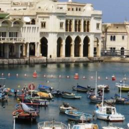 Alger, capitale et son île rattachée à la terre
